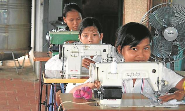 Niños en fabrica textil en latinoamerica